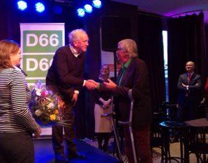 Pier Vellinga (D66 Duurzaam) feliciteert Maarten van der Breggen van Maskerade met het winnen van de D66 Zuid-Holland duurzaamheidsprijs 2017