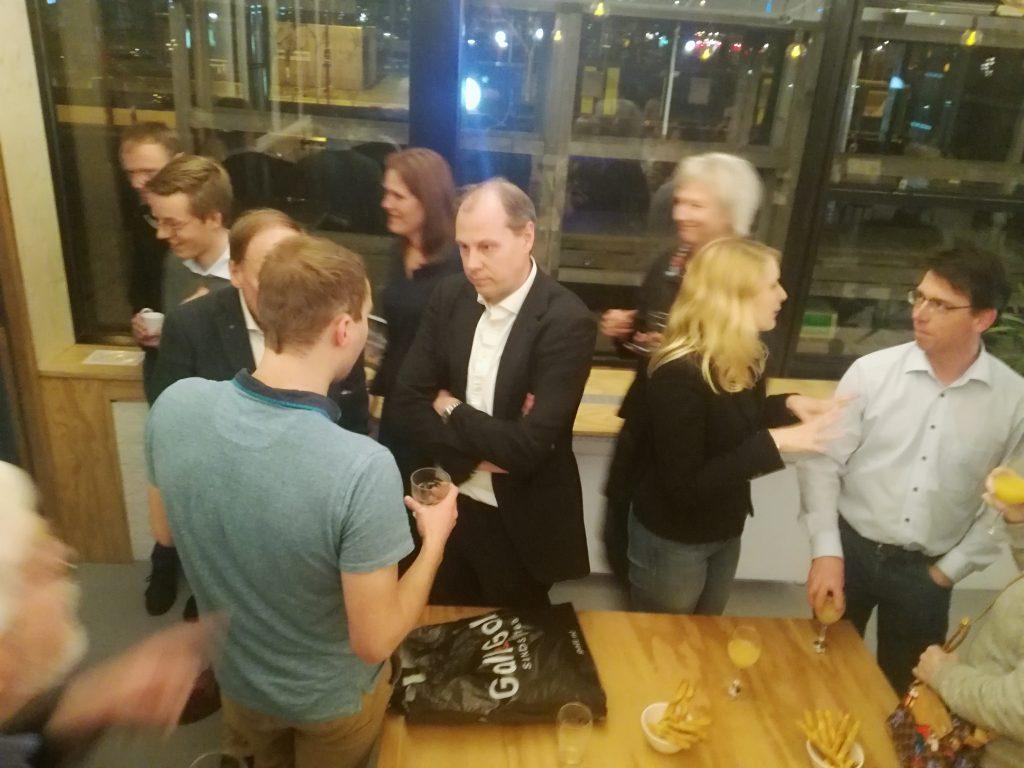 Leden van D66 Duurzaam borrelen en praten bij met elkaar